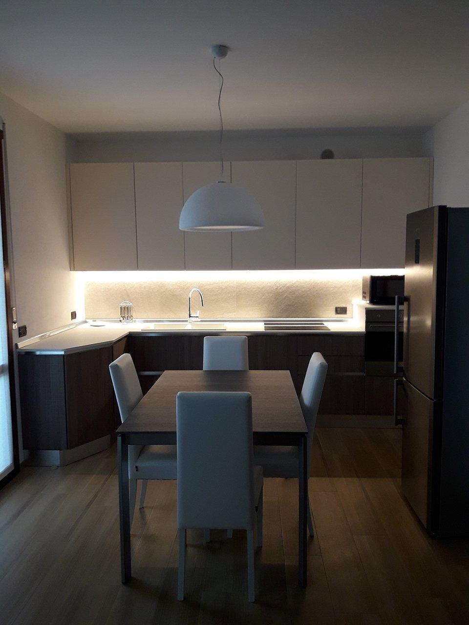 Illuminare la cucina con strisce led e faretti - Architempore