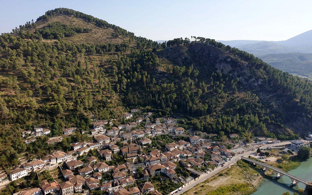 Berat vista dall'alto, città antica dalle 1001 finestre