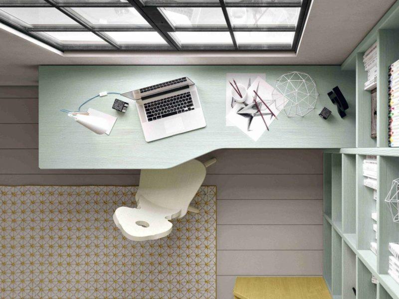 Una scrivania ben organizzata e ordinata