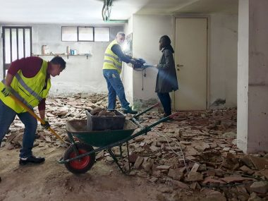 Operatori all'opera in cantiere, con scarpe antinfortunistiche