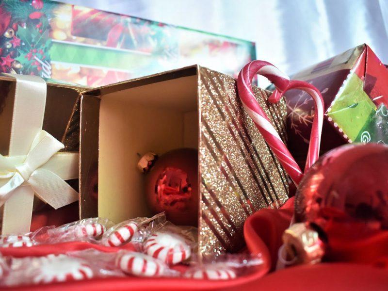 addobbi natalizi da riordinare e sistemare nelle scatole