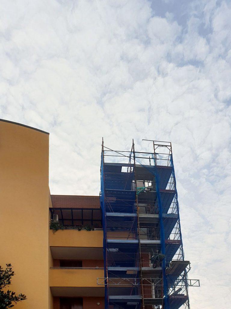 rifacimento facciata di un condominio a Milano a seguito di crollo, con ponteggio