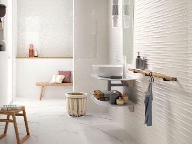 un bagno in cui le piastrelle sono state coperte senza toglierle
