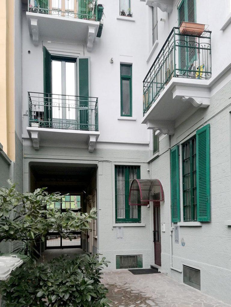 facciata condominiale rifatta con cappotto e restauro cornicioni e balconi