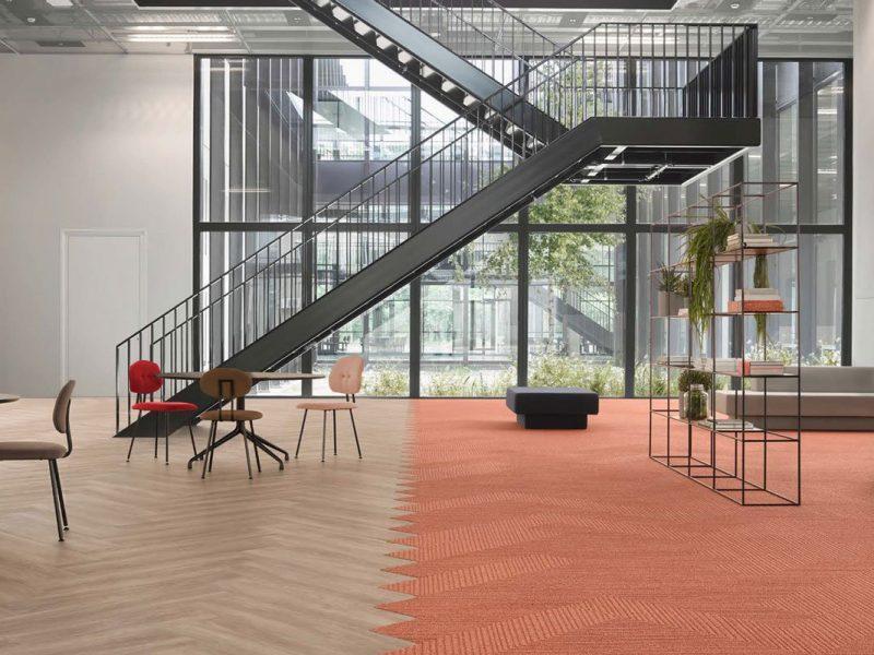 Pavimenti pvc moderni, vinilico e moquette adesiva e a incastro, posa che simula pavimento in legno a lisca di pesce in salotto