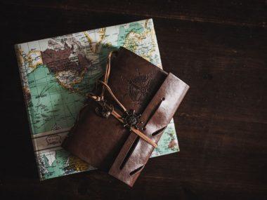libri di architettura e viaggio con cartina e notes in pelle di cuoio marrone