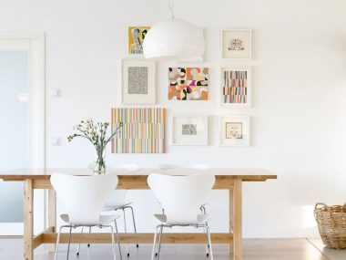 soggiorno con parete vuota arredata con quadri e accessori