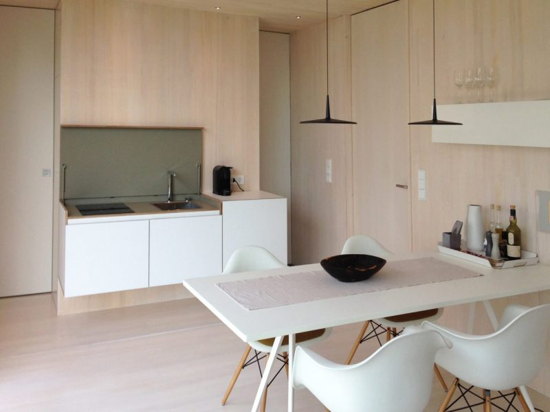 cucina a scomparsa bella e funzionale per un monolocale bianca e naturale in stile scandiMiniki
