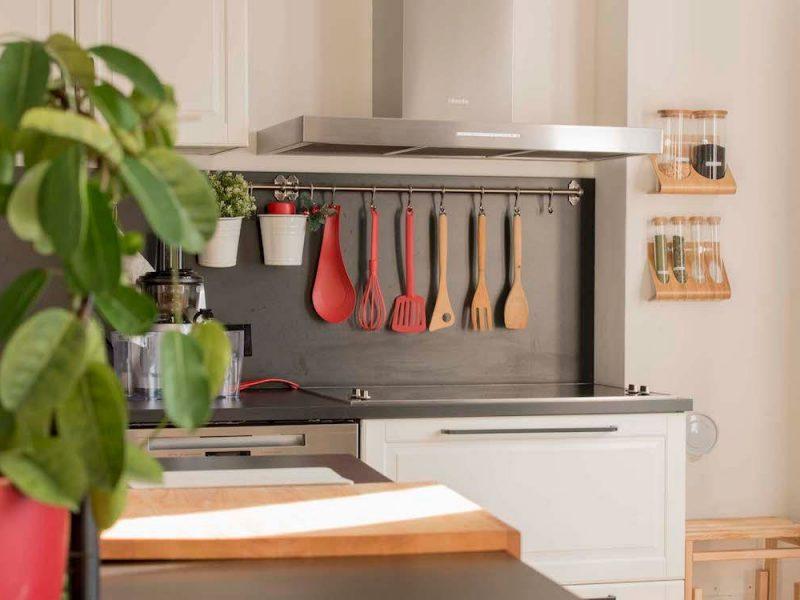 cucina con piano cottura con fornello a induzione