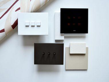 Interruttori Vimar Eikon Exé Flat e Vintage con Eikon Tactil, in una moodboard dai colori neutri per un progetto architettonico di interni di Architempore