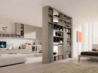 Dividere una stanza senza muri con un mobile libreria bifacciale di By Zalf, dividendo monolocale