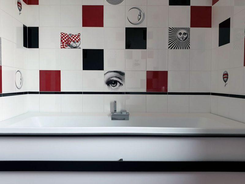Bagno Fornasetti con vasca da bagno idromassaggio cromoterapia Divina Novellini in nicchia