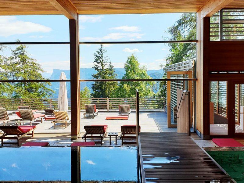 Spa con piscina a sfioro e vista sulle Dolomiti del Vigilius Mountain Resort, sorprendente hotel Boutique di Merano