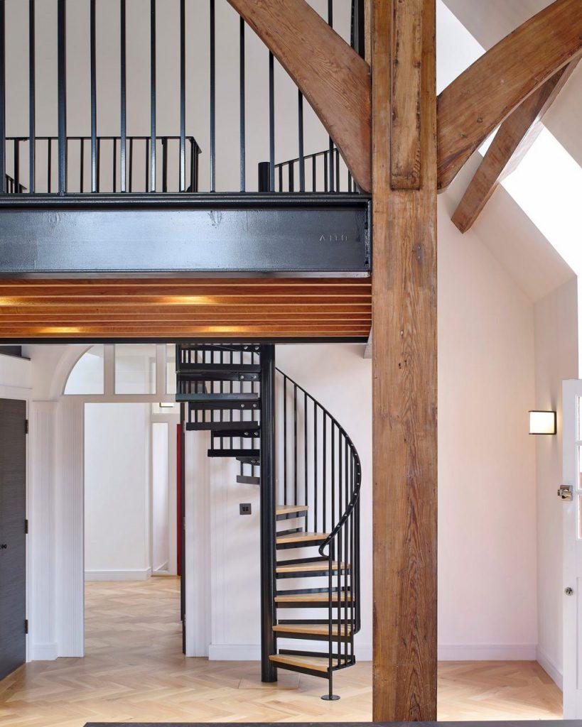 Scale in ferro stile industriale o in legno per un look tradizionale