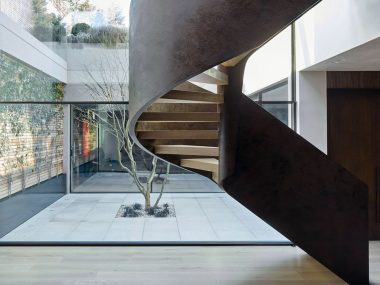 Scala a chioccola in legno e corten acciaio lavorato in intervento residenziale di architettura