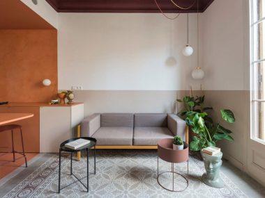 Salotto con angolo cottura decorato con boiserie in pittura e arredo moderno