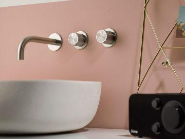 Rubinetti in acciaio Inox per un bagno moderno di Mina rubinetterie su lavabo in appoggio finitura inox spazzolato