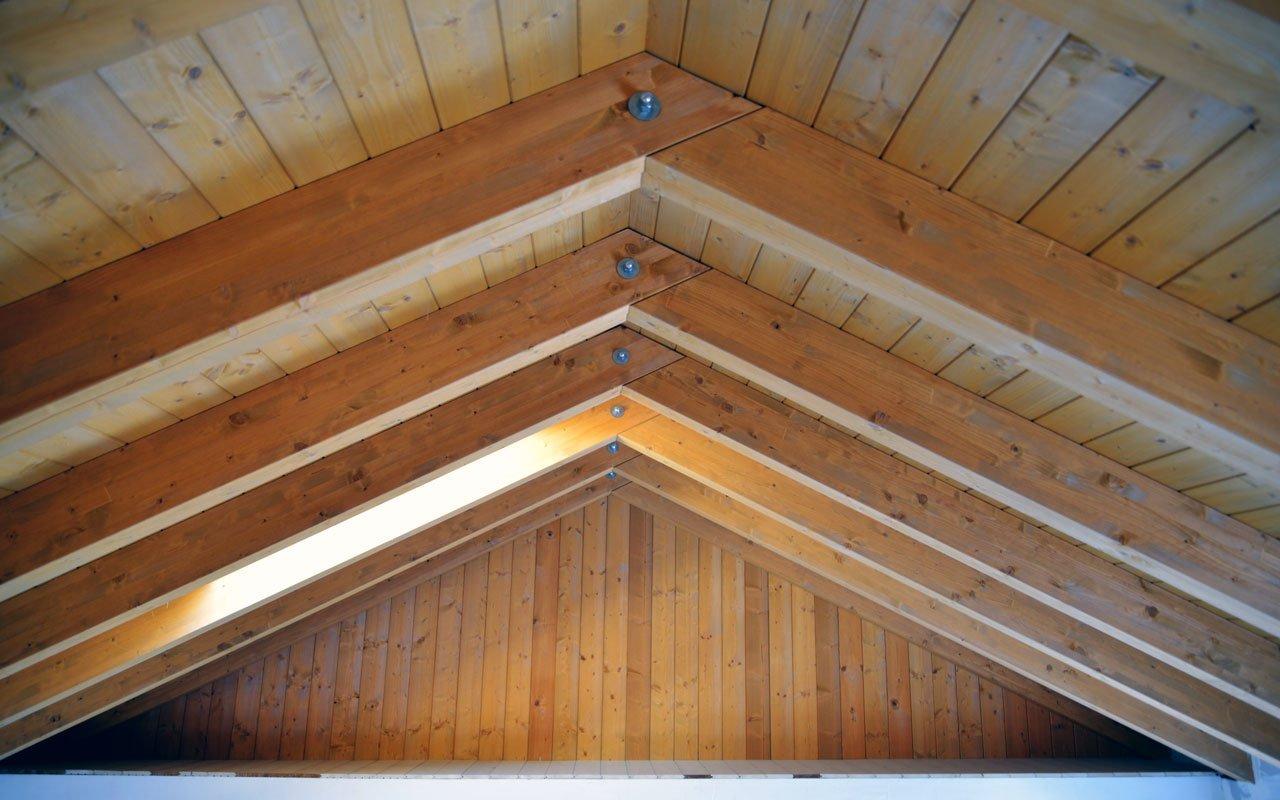 Cantiere A22 | Monolocale dal tetto in legno con travi a vista