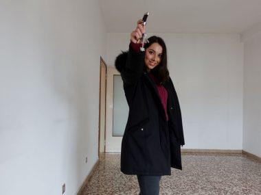 Giovane donna con chiavi acquisto prima casa da ristrutturare, Violetta Breda di Architempore