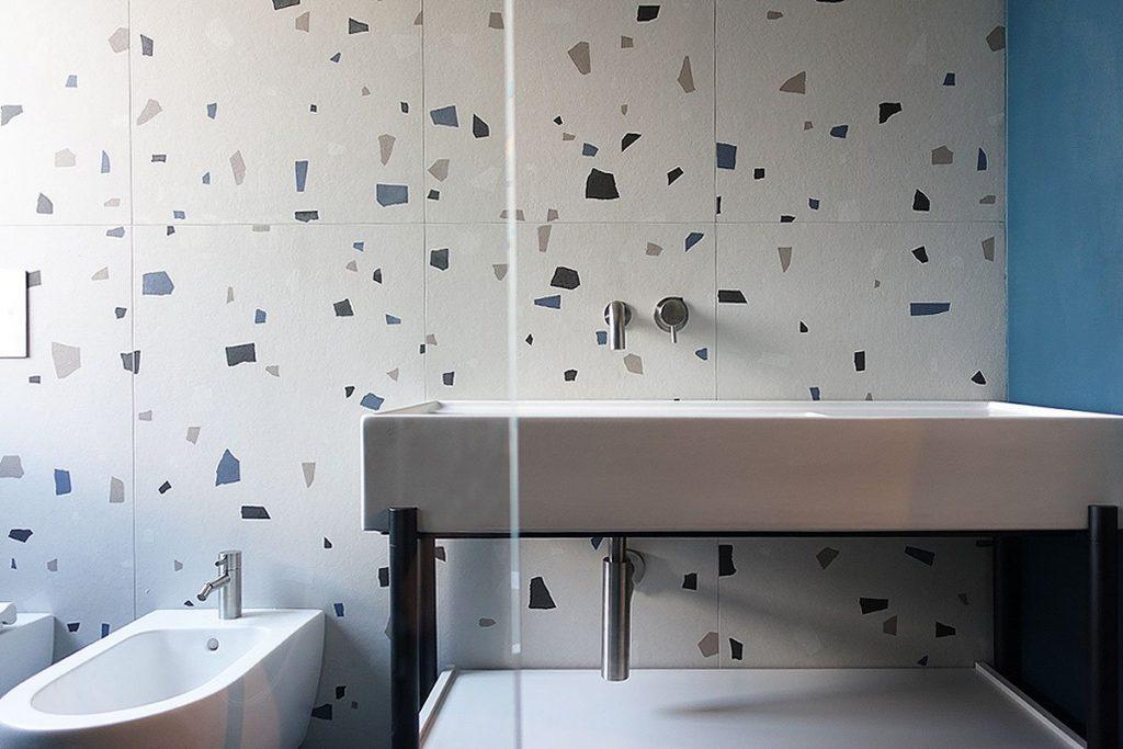 Bagno moderno con lavabo e rubinetteria in acciaio inox di Mina Rubinetterie a CasaCasa di Violetta Breda